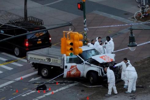 Lực lượng chức năng làm việc tại hiện trường vụ việc. Ảnh: Reuters.