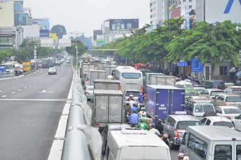 Kẹt xe trên đường Trường Sơn (ảnh Đình Thảo).