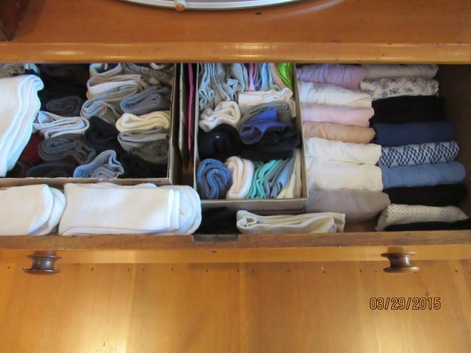 Hãy học cách cuộn quần áo, cách gấp thông minh để đồ đạc được gọn gàng.