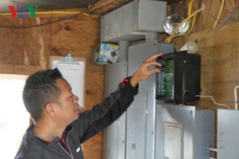 Anh Tuấn giải thích quá trình tự động hóa chăm sóc gà.