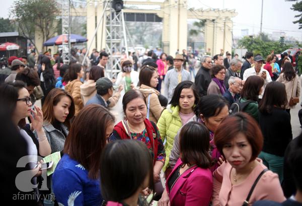 Tuy nhiên, hàng nghìn người bức xúc và thất vọng vì BTC không cho vào khu vực trưng bày hoa, dù giờ thông báo khai mạc trước đó là 9h sáng.