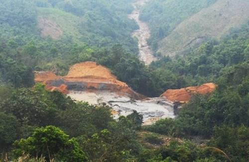 Toàn cảnh hồ chứa bùn bị vỡ.