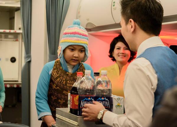 Linh được mặc áo dài và làm tiếp viên hàng không trên khoang C của máy bay.