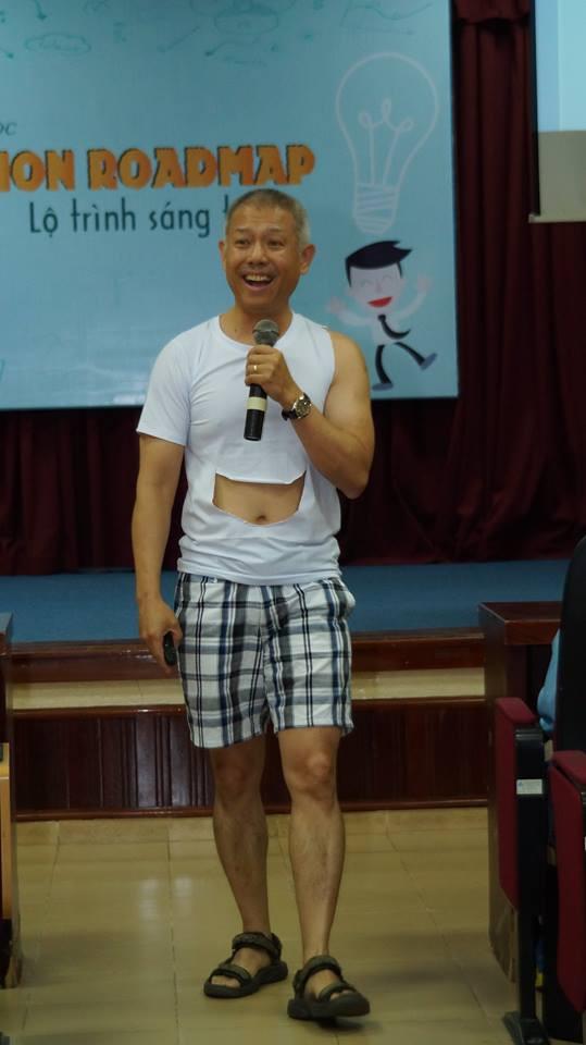 GS Thành cho rằng cách ăn mặc của mình để khuyến khích sinh viên sáng tạo.