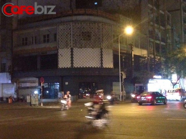 Quán Saigon Cafe Nguyễn Thái Học, quận 1 đang có dán thông báo cho thuê mặt bằng.