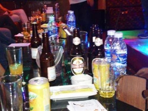 Nhu cầu sử dụng rượu bia trong quán karaoke là rất lớn. (Ảnh minh họa)