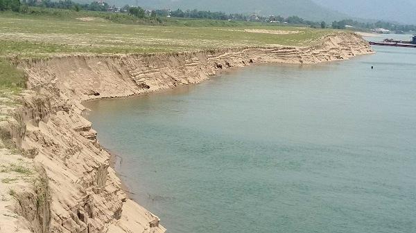 Vị trí sạt lở nằm 2 bên bờ sông thuộc xã Hợp Thịnh và Hợp Thành - nơi tỉnh cấp giấy phép cho 2 công ty khai thác. (Ảnh: Đ.T)