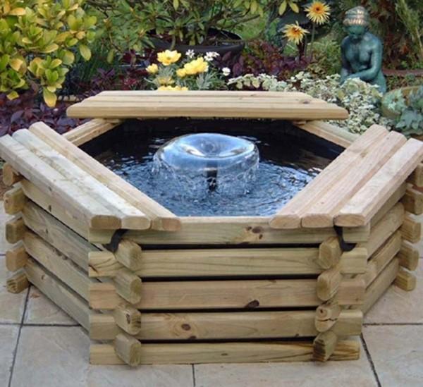 Đài phun nước mini bằng gỗ tuy nhỏ nhưng sẽ khiến cho cả khu vườn trở nên lãng mạn và gần gũi với thiên nhiên.