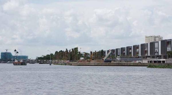 Một trong những điểm khiến dự án của chủ đầu tư Thảo Điền Sapphire bị phạt là vi phạm khoảng lùi sông Sài Gòn. Trên một số trang mua bán nhà đất, dự án này đang được quảng cáo có cả bến Cano