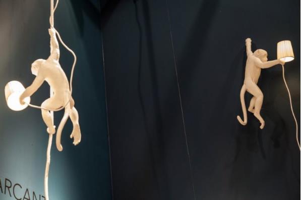 Ngôi nhà khách hàng sẽ thực sự ấn tượng có những chiếc đèn hình thù những chú khỉ này.