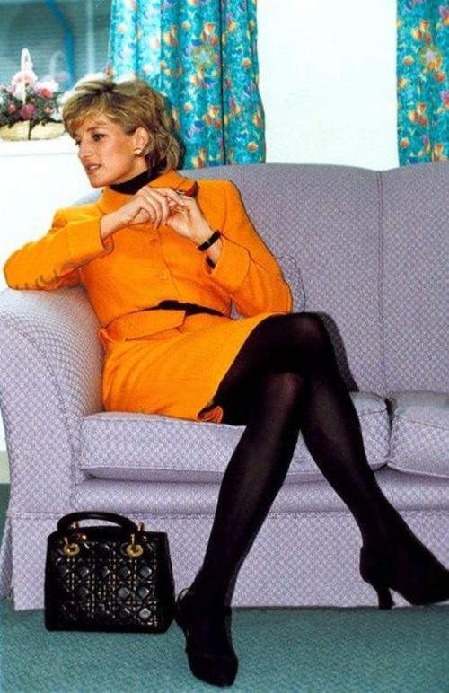 Công nương Diana: fashion icon hoàng gia duy nhất sở hữu đến 2 mẫu túi đình đám được đặt theo tên mình - Ảnh 2.