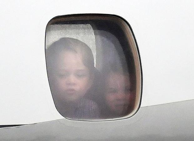 Nếu theo quy định không chính thức của Hoàng gia Anh thì 2 anh em Hoàng tử George cũng không nên ngồi chung máy bay.
