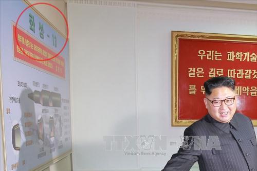 Nhà lãnh đạo Triều Tiên Kim Jong-un đứng cạnh tấm bảng ghi tên loại SLBM trong 1 chuyến thăm Viện Nghiên cứu chất liệu hóa học. Ảnh: Yonhap/TTXVN