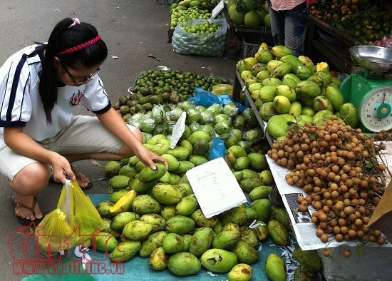 Trái cây, hoa tươi ở 1 số chợ tự phát được phân phối khá rẻ do không mất tiền thuê mặt bằng.
