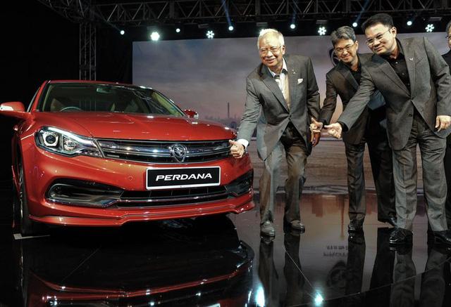 Thủ tướng Malaysia Nazib Razak bên 1 sản phẩm mới của Proton