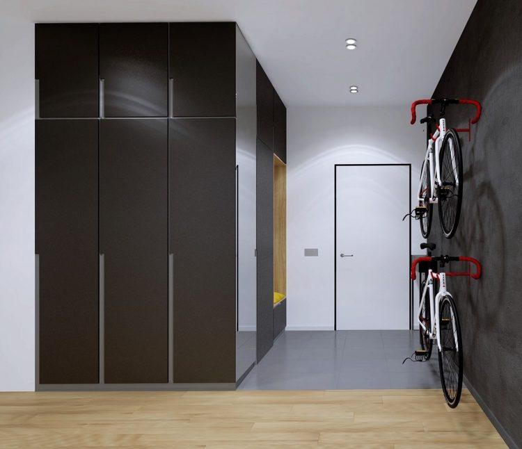 Lối vào nhà rộng thoáng được thiết kế tuyệt đẹp với sự kết hợp hài hòa của tông màu đen-trắng. Những chiếc xe đạp địa hình làm phương tiện đi lại được khéo léo treo ngay ngắn trên tường tạo cảm giác gọn gàng và đẹp mắt.