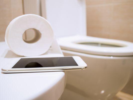 Một trong những nơi bẩn nhất nhưng chúng ta vẫn dùng điện thoại di động trong đó là trong phòng tắm.