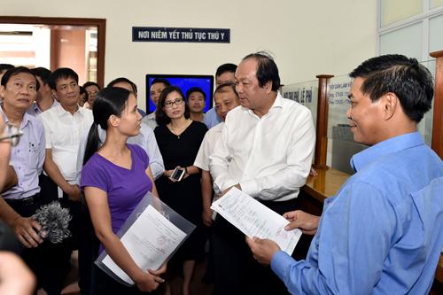 Tổ công tác trao đổi với đại diện doanh nghiệp nộp hồ sơ thủ tục kiểm nghiệm thú y. Ảnh: VGP/Nhật Bắc
