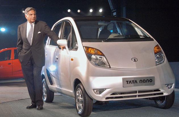 Ngài Ratan Tata bên cạnh chiếc xe Tata Nano, chiếc xe ô tô giá rẻ nhất thế giới, với thông điệp xe cho mọi người.