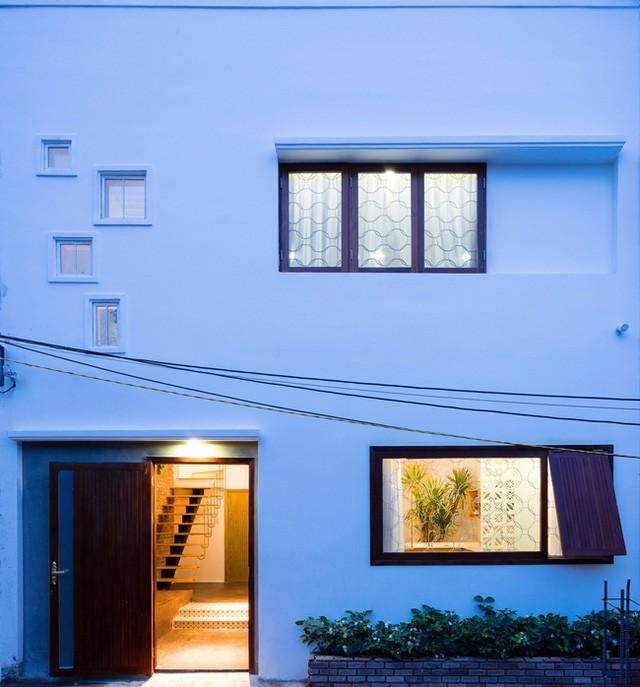 Nhìn bề ngoài ngôi nhà được thiết kế khá đơn giản với những ô cửa sổ nhỏ và một bồn hoa trước nhà.