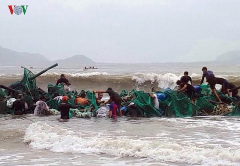Dù sóng biển vẫn lớn, nhưng người nuôi tôm hùm ở thị xã Sông Cầu, tỉnh Phú Yên vẫn cố ra biển để tìm kiếm lồng tôm còn sót lại.