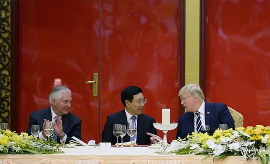 Phó thủ tướng, Bộ trưởng Ngoại giao Phạm Bình Minh (giữa) cùng Tổng thống Mỹ Donald Trump và Ngoại trưởng Mỹ Rex Tillerson ngày 11-11 - Ảnh: Bộ Ngoại giao Mỹ