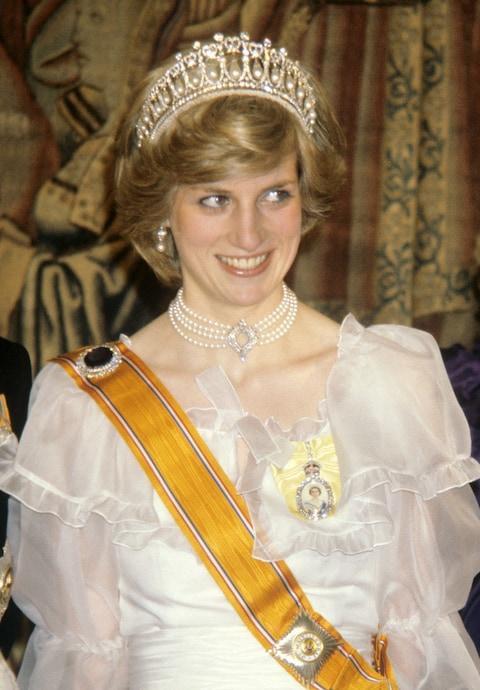 Công nương Diana đã đeo chiếc vòng cổ này tại một bữa tiệc chiêu đãi Hà Lan năm 1982.