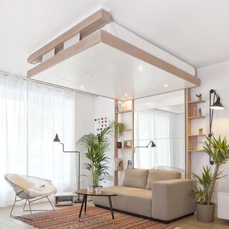 Ban ngày chiếc giường ngủ này được đưa sát lên trần nhà để lại phần diện tích rộng thoáng cho không gian tiếp khách.