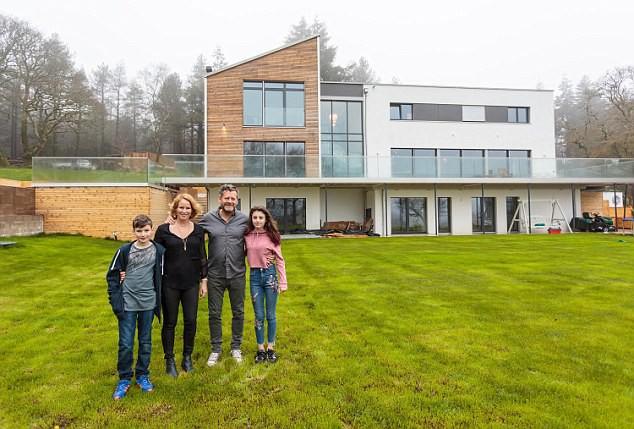 Gia đình nhà anh Richard và vợ Nikki Cooper vô cùng hạnh phúc từ khi chuyển tới ngôi nhà mới.