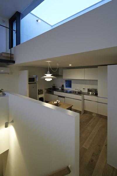 Khu vực đối diện phòng khách là bếp và bàn ăn. Khu bếp nhỏ ấm áp, hiện đại và rất tiện nghi.