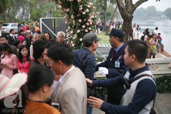 Người dân mua vé chưng hửng khi vào cửa soát vé lực lượng bảo vệ không cho vào.