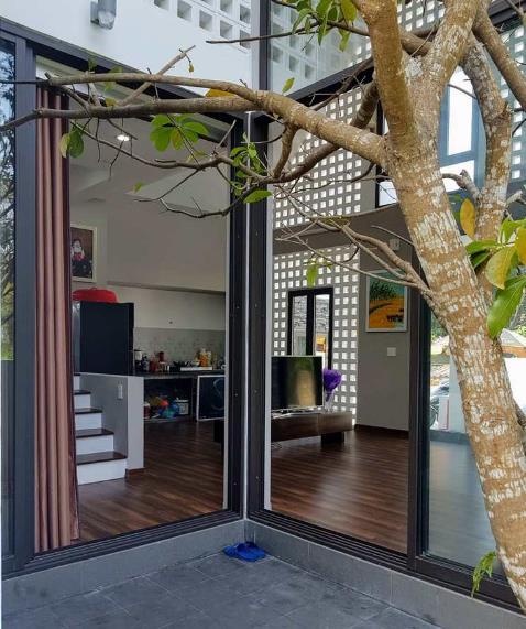 Tầng 1 của ngôi nhà được bố trí phòng khách, bếp, khu vệ sinh và 2 phòng ngủ bên trong.