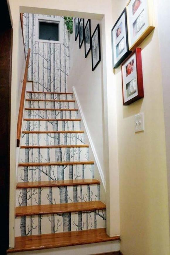 Dán giấy dán tường không còn lạ lẫm trong trang trí cầu thang. Tuy nhiên, biết chọn lọc loại giấy thích hợp, hài hòa có màu sắc và phong nhữngh của lối thiết kế nhà khách mua lại là chuyện mới.