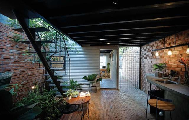 Tuy nhiên, phổ biến hơn cả là nằm trên khu vực cầu thang, đây là vị trí thích hợp bởi cầu thang thường đặt ở giữa nhà và kề với bếp và nhiều khu vực chức năng khác.