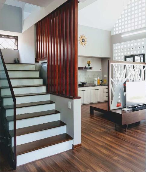Sàn nhà được anh Hùng chọn chất liệu nhựa vân gỗ có thể chống nước, lửa, mối mọt, nồm.