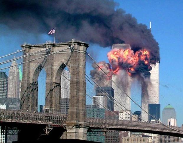 Tòa tháp bốc cháy ngùn ngụt sau vụ khủng bố kinh hoàng.