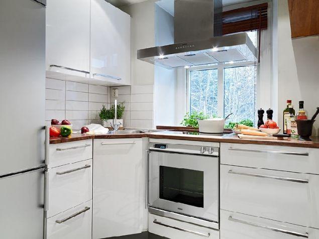 Toàn bộ nội thất trong bếp cũng được chủ nhà chọn tông màu trắng giúp góc nhỏ trở nên thoáng rộng hơn.