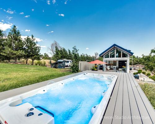 Ngôi nhà còn có cả một bể bơi mini với làn nước xanh ngắt trước nhà.