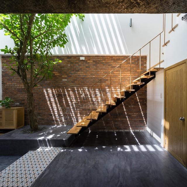 Khác với những ngôi nhà thông thường để cầu thang trong nhà, lối lên tầng 2 của ngôi nhà này được đặt bên ngoài nơi khoảng sân trước nhà.