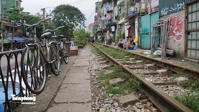 Cận cảnh tuyến các con phố sắt chạy xuyên nội đô - ảnh 14