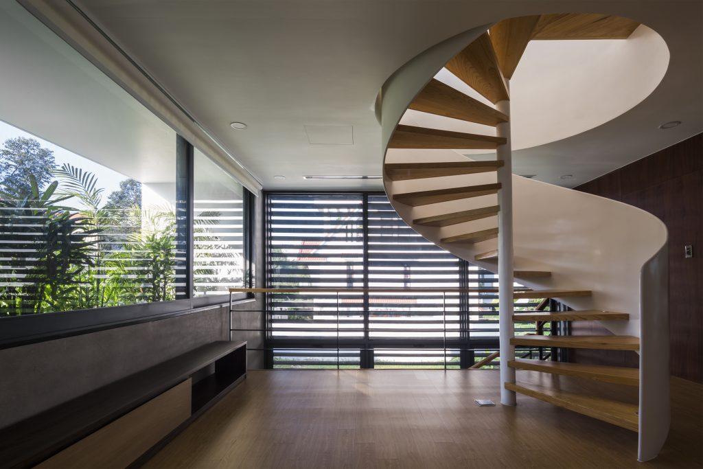 Cũng như tầng 1, những bức tường quanh nhà trên tầng 2 cũng được làm bằng kính trong suốt với mành che để điều chỉnh độ sáng cho không gian.