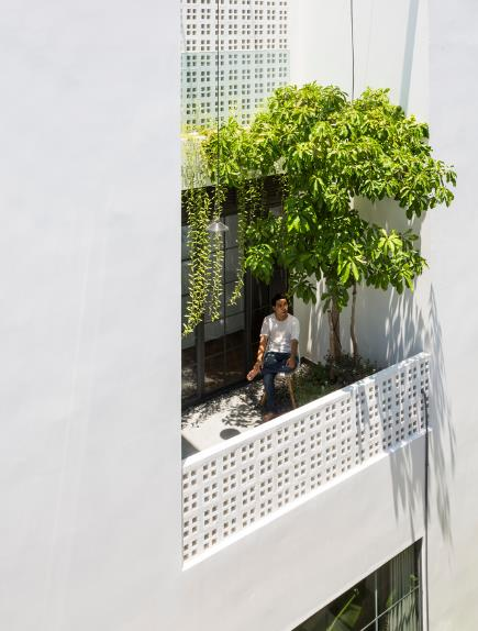 Không quá nhiều nắng, nhiều gió như tầng 1, không gian tầng 2 với những khung cửa kính cùng lam chắn gỗ tạo nên một nơi nghỉ ngơi thư giãn nhẹ nhàng.