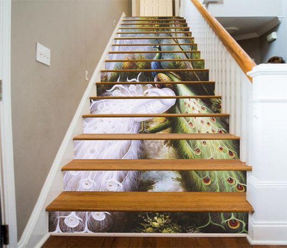 Không chỉ có cảnh sắc thiên nhiên, những chú công với bộ long đuôi tuyệt đẹp cũng tạo nên vẻ đẹp cuốn hút cho chiếc cầu thang.
