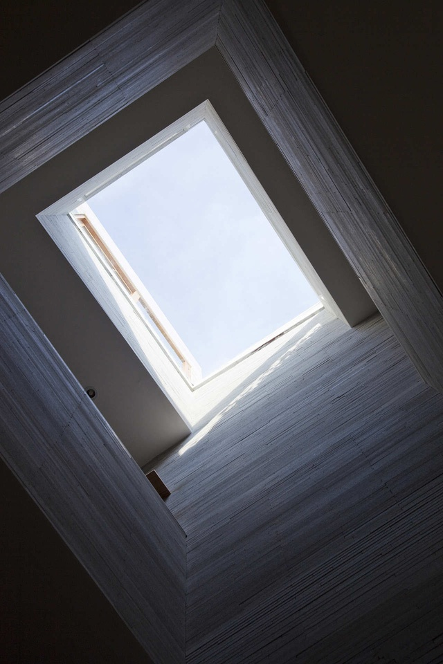 Giếng trời lớn bổ sung thêm ánh sáng tự nhiên vào trung tâm ngôi nhà