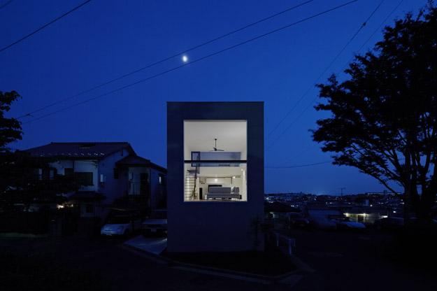 Ngôi nhà bừng sáng với ánh điện khi về đêm.