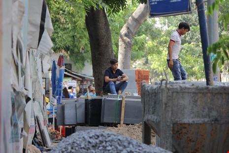 Vật liệu xây dựng đặt chắn hết vỉa hè của người đi bộ trên đường Nguyễn Trãi, phường Nguyễn Cư Trinh. Đô thị phường này cho biết đã báo cho Sở Xây Dựng và sáng nay đã có cán bộ của Sở xuống làm việc với chủ công trình, hạn cho họ 24 giờ sau sẽ dọn dẹp.