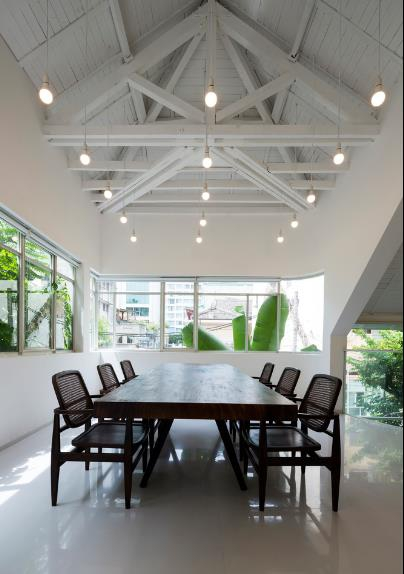Tầng 2 cũng được sử dụng làm nơi ăn uống, thưởng thức và ngắm cảnh cho khách vào nhà hàng.