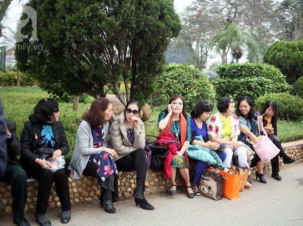 Nhiều chị em phụ nữ đành ngồi trong khuôn viên công viên đợi đến chiều.