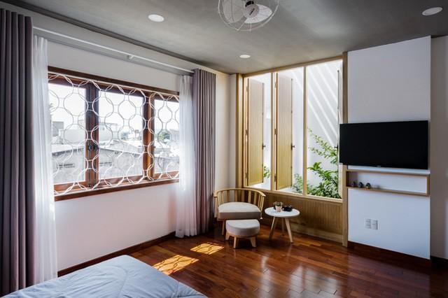 Góc nhà nơi cửa sổ còn có một bộ bàn trà nhỏ làm không gian nghỉ ngơi thư giãn ngắm cây xanh vô cùng lý tưởng.