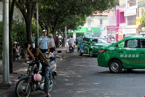 Khi lực lượng đô thị phường Phạm Ngũ Lão đến nhắc nhỡ, nhiều tài xế mới đánh xe đi đậu nơi khác trả lại vỉa hè cho người đi bộ.